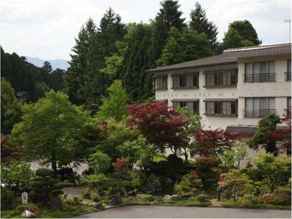 正面にある日本庭園