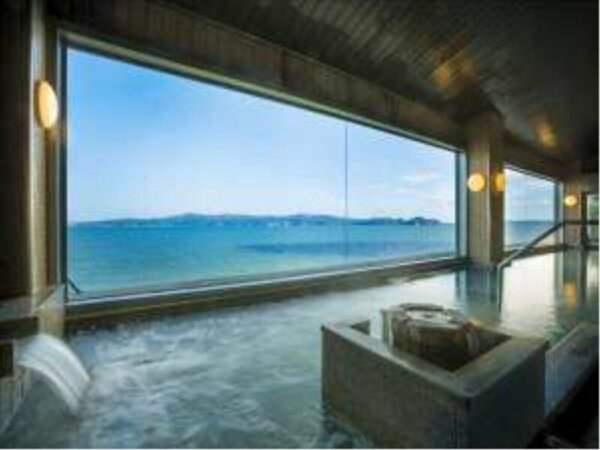 海を望む殿方大浴場。大きな浴槽で足を伸ばしながらごゆっくりと湯浴みをお楽しみください。