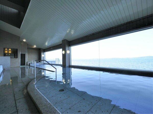 【男性大浴場「白鷺」】さえぎるもののない景色を望み、湯舟につかるとちょうど目線の高さに海面。