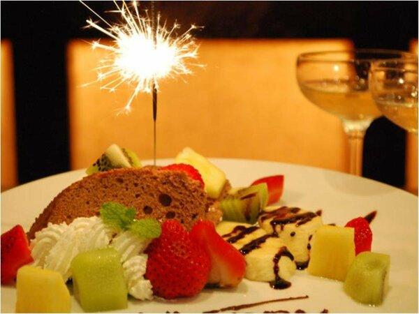 厨房スタッフ手作りのオリジナルデザートプレート☆スパークラー花火がアニバーサリー気分を盛り上げます!