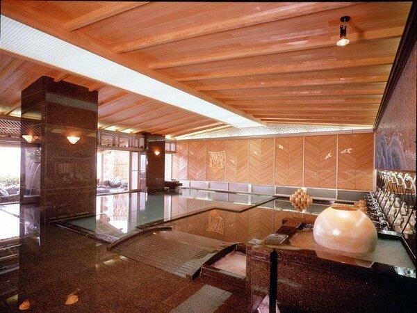 男性大浴場は檜の装飾と光ファイバーの演出