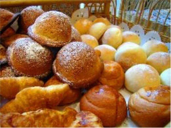 朝食バイキングでは焼きたてのパンをご提供♪