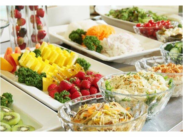 朝食バイキングのサラダコーナー。新鮮なお野菜、果物をご堪能下さいませ。