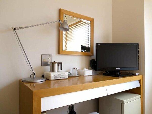 お部屋にはテレビ、ポットやカップもご用意しております