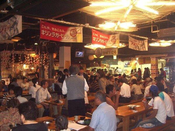 高知の郷土料理から世界の味まで揃う飲食店が集まった「ひろめ市場」