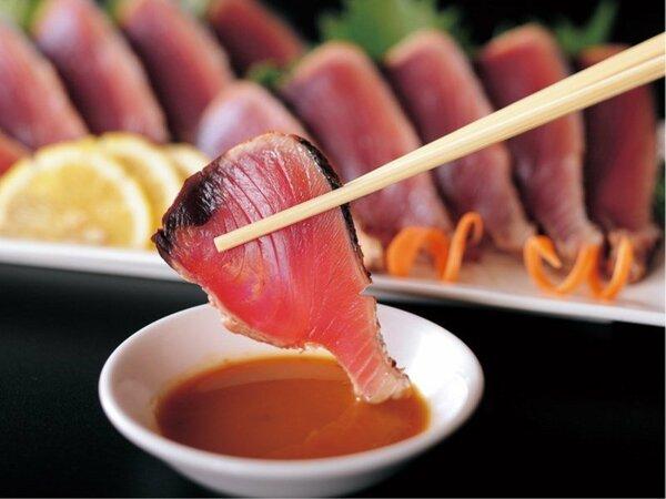(朝食)高知名物!鰹のタタキにはポン酢とにんにく以外に料理長オリジナルの麦味噌もご用意しております。
