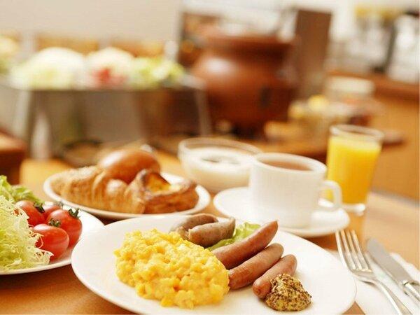 <ご朝食>和洋メニューに地元高知料理など約50種類、目の前でシェフが卵料理もお作りします。