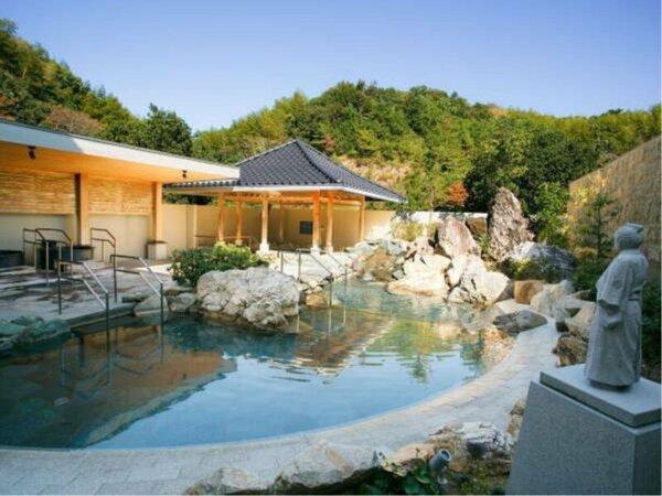 【温泉露天風呂『桂浜』イメージ】龍馬像が眺める桂浜をイメージした露天風呂。壷湯などございます。