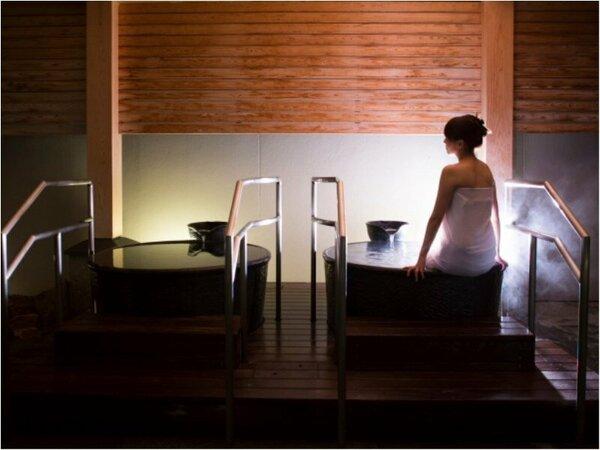 【壷湯イメージ】温泉露天風呂『桂浜』側にのみある壷湯。夜空を眺めてのんびり♪(撮影の為タオル着用)