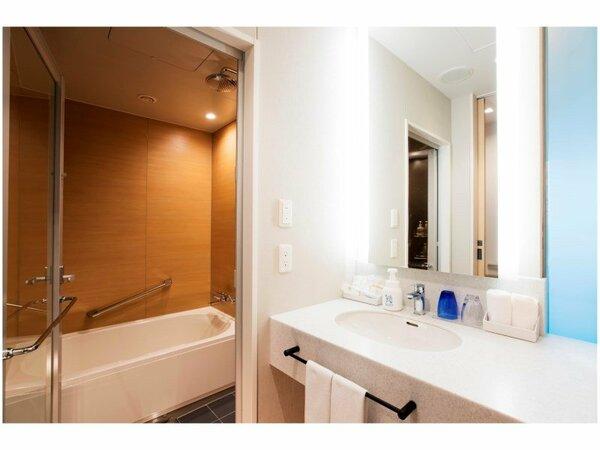 【Pacific Side 洗面スペース】バス、トイレ、洗面が独立した広々レイアウト。