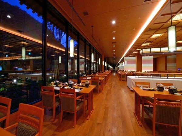 葉山(夜イメージ) モダンな雰囲気の中で窓からの四季折々の景観とお食事をお楽しみください。