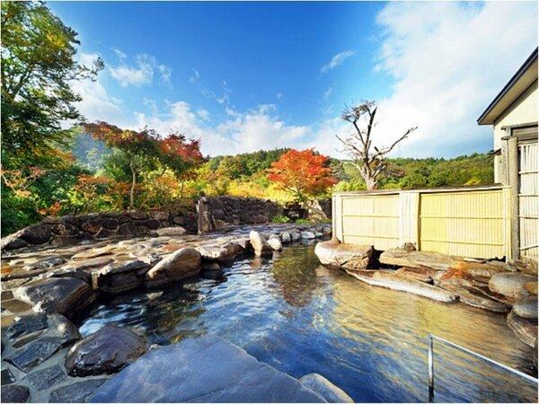 大自然を満喫!混浴大露天風呂「美人の湯」春~秋にかけてご利用できます。