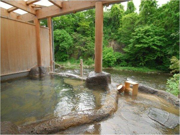 藤三旅館・露天風呂「桂の湯」野趣あふれる景観が味わえます。