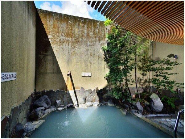 【露天風呂】源泉掛け流しの大浴場露天風呂。白濁の温泉は体をやさしく包んでくれます