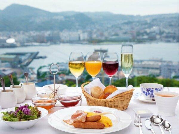 【朝食】長崎港を望む窓からの優しい光、乾杯ではじまる非日常な休日