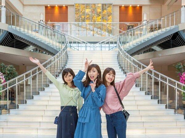 開放的な大階段前で記念写真☆彡