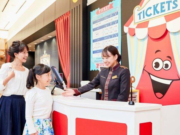 チケットカウンターではUSJや海遊館のチケットを販売しております。