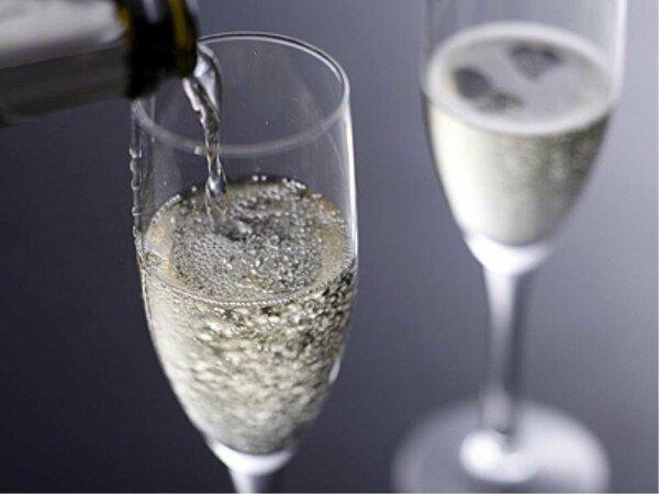 シャンパンのハーフボトルをルームサービス