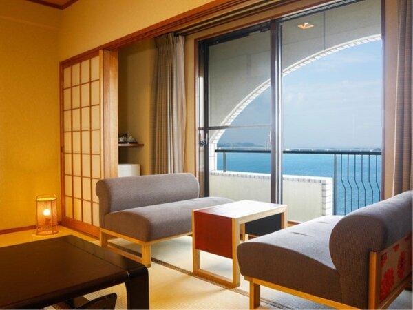【鳴門海峡の見える和室(10.5畳)】思わず横になり足をのばして旅の疲れを癒したくなる寛ぎの和室