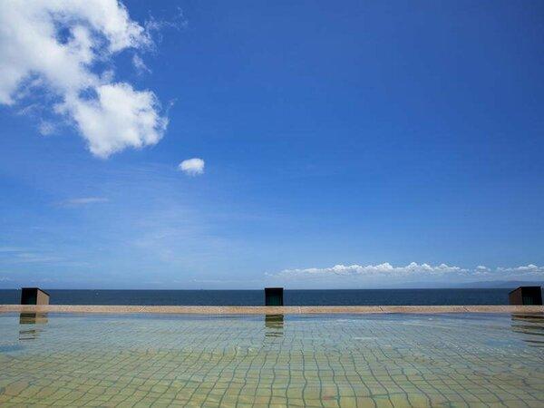 青い空、青い海に溶け込むように浸かる天宮の雫で開放的な景色に身も心も安らぐひと時
