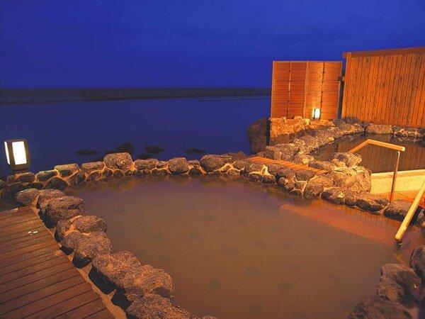 【湯賓閣 天宮の雫】メゾネット式の大浴場。1階は開放的な波打ち際の露天風呂。