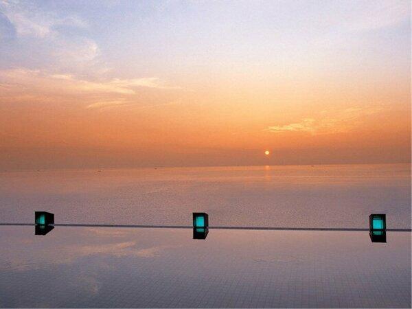 【天宮の雫】海と空と湯の一体感に包まれるインフィニティバスからの日の出は一見の価値あり