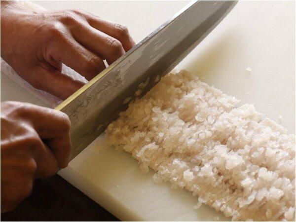 1寸(約3センチ)の隙間におよそ20回の包丁を入れる鱧の骨切り