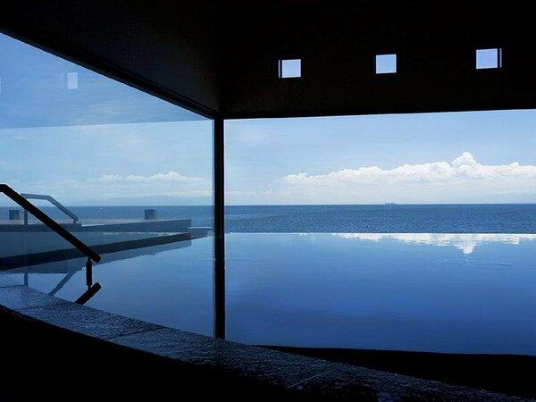 湯に空模様が映りこむ当館の大浴場 湯賓閣「天宮の雫」