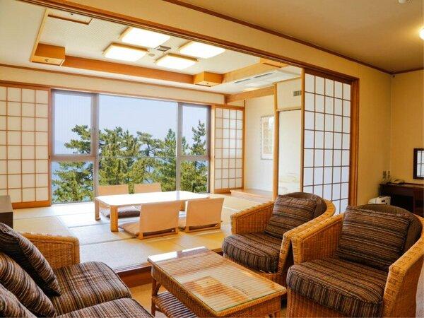 ゆったりとした10帖の和室とリビング、ツインルームを備える広々とした東館の和洋室