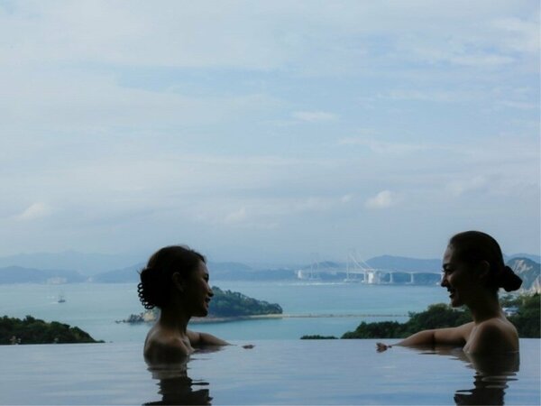 ゆっくりと肩まで温泉に浸かると、目の前には鳴門海峡が広がります。