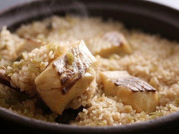 秘伝のダシが効いた逸品!お客様の目の前で炊き上げる「鯛の釜飯」が大好評です♪≪イメージ写真≫