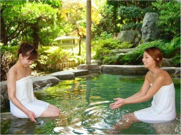 露天風呂でくつろぐ女性