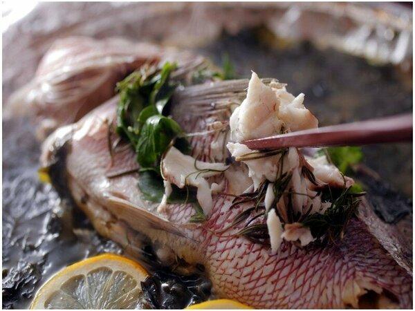 【鯛香草蒸し】当館の名物メニューのひとつ。出汁に浸ったホクホクの身は病みつき。