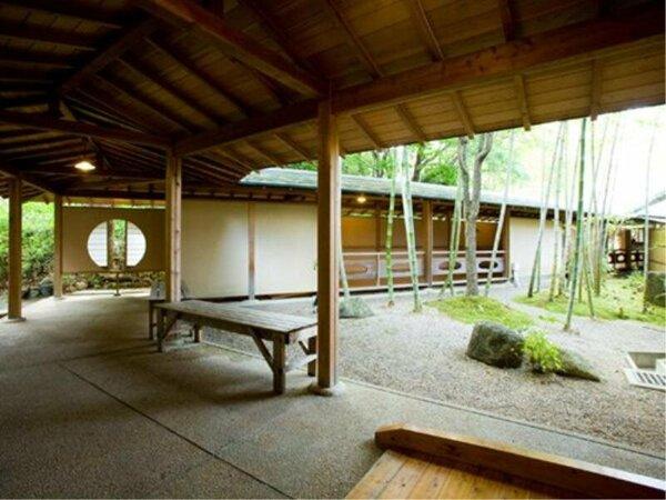 """大浴場棟""""まろびね案""""の中庭。季節を感じる空間です"""