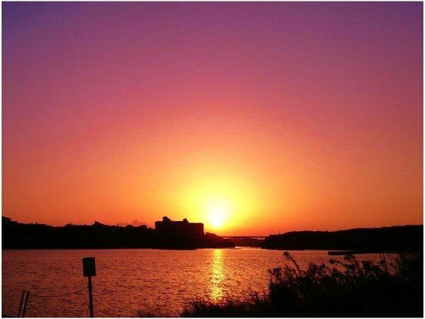 当館より徒歩でも10分少々、夕陽百選賢島大橋にかかる美しい夕焼け空