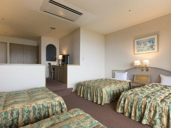 〈4ベッド客室〉ベッドが4台と洋間のあるお部屋♪ファミリーや女子会におすすめです