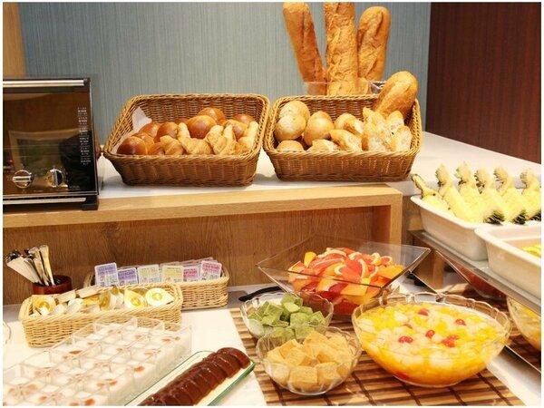 【朝食】サクッと香ばしいパン♪フルーツやスイーツもご用意。