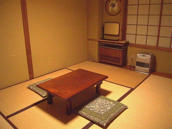 *こじんまりとしていますが、清潔な和室。人数に合わせてお部屋をご用意いたします。