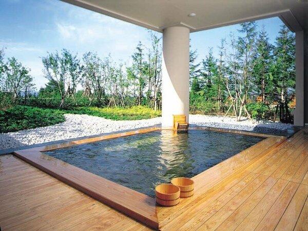 【月見の湯(露天)】四季折々の風景に癒される露天風呂
