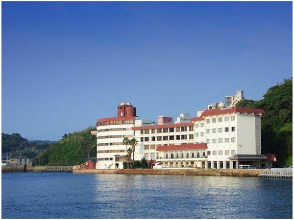 【ホテル外観】目の前には雄大な平戸瀬戸、全客室から海をご覧いただけます。