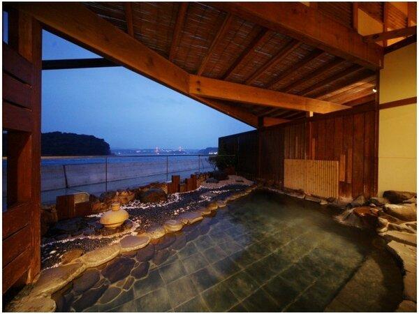 【海望露天風呂】平戸海峡が見渡せる開放感大の温泉をお楽しみください。