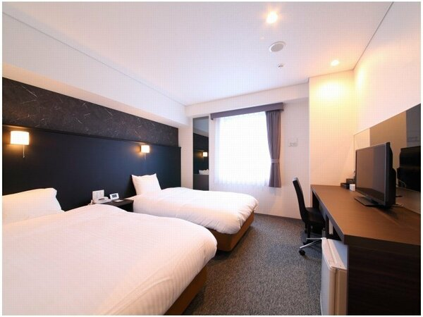新館ツインルームは23平米のお部屋にセミダブルベッド2台を配置