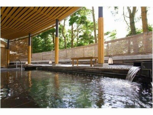 赤松に囲まれた露天風呂。