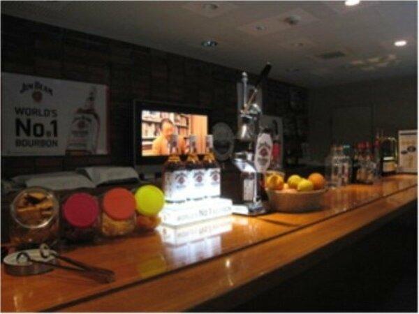 ラウンジの「夜更かしコーナー」。生ビールとカクテルを中心とした飲物が一部を除きフリードリンク♪