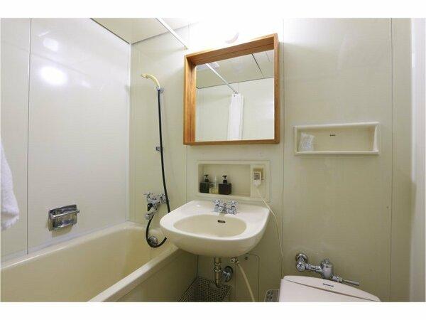 *【スタンダードツインルーム 一例】ユニットバス付で、落ち着いた内装となっております。