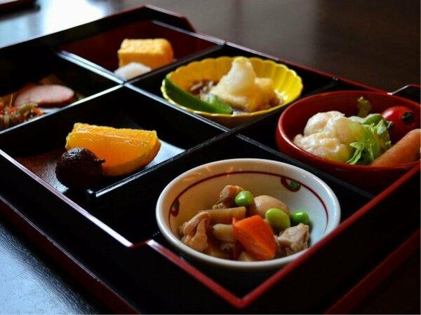 朝食は「季節の和洋創作 松花堂弁当」をお楽しみください。