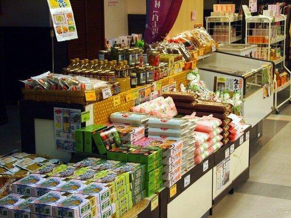 館内売店。野沢菜や信州そばも販売しています。