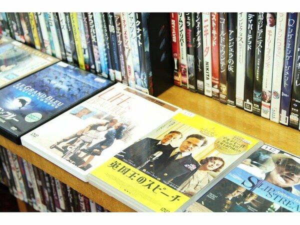 全てのお部屋にDVDデッキを設置。映画DVDならロビーにて大量に取り揃え、無料でレンタルしています。
