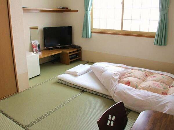 8畳間の和室は、思わずゴロリとしちゃうほど広々とした空間です。足の先までお寛ぎできます。