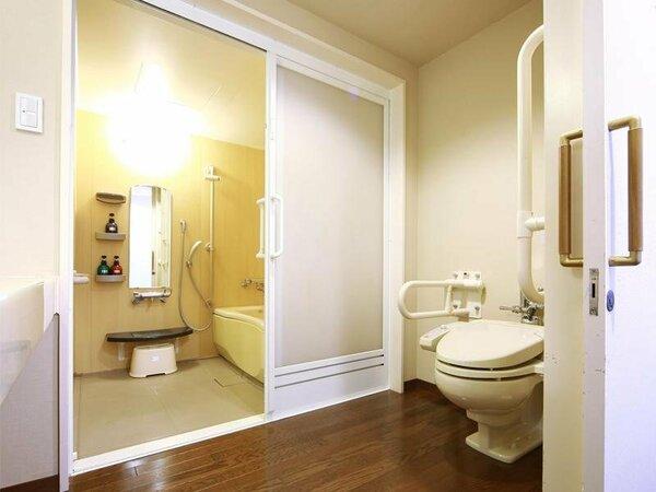 バリアフリールーム。段差がない造りでバス・トイレ別。お風呂場にも洗い場が付いています。